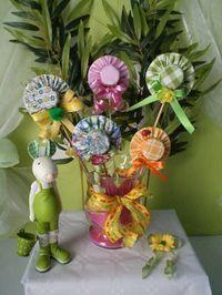 Des minis chapeaux réalisés avec des bouchons en plastique , de jolis piques pour décorer vos plantes .