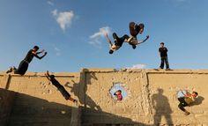 #periscopio Giovani palestinesi compiono evoluzioni su un muro devastato della Striscia di Gaza #parkour