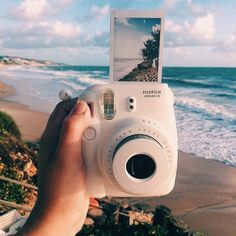 Camera Polaroid - Great Article With Lots Of Insights About Photography Camera Aesthetic, Beach Aesthetic, Polaroid Instax, Vintage Polaroid Camera, Fujifilm Instax Mini, Dslr Photography Tips, Street Photography, Vintage Photography, Fashion Photography