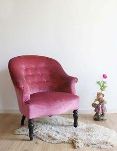 Roze vintage fauteuil. Brocante omaatjes stoel op sierlijke houten pootjes. | Fabulous Furniture | Flat Sheep