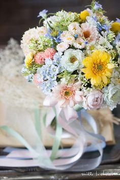 カラフルガーベラナチュラルクラッチブーケ Wedding Bouquets, Gardens, Colorful, Table Decorations, Home Decor, Flowers, Owls, Bridal Bouquets, Decoration Home