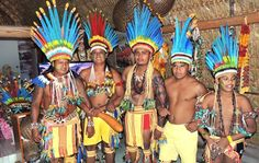 indio Líderes da aldeia se reunem para acompanhar a estreia do Brasil (Foto: Fábio Lima )