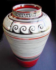 Les motifs de cette potiche sont repris d'une céramique grecque de l'époque géométrique mais le rythme des lignes et les couleurs sont réactualisés.