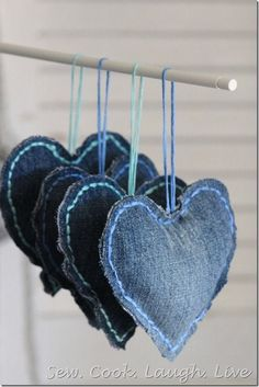 creative denim ideas - recycle old jeans into these home decor and craft ideas. Sewing Projects For Kids, Sewing For Kids, Denim And Diamonds, Denim Ideas, Denim Crafts, Love Jeans, Heart Crafts, Christmas Sewing, Christmas Ideas