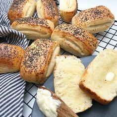 Svampede tebirkes | Mummum.dk Danish Cuisine, Danish Food, Food To Go, Love Food, Food And Drink, Cooking Bread, Cooking Recipes, Bagel Bar, Scandinavian Food