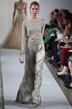82 of Oscar de La Renta's Best Fashion Looks - Oscar de la Renta Runway and Red Carpet Looks Fashion Moda, Look Fashion, High Fashion, Fashion Design, Couture Fashion, Runway Fashion, Fashion Trends, Fashion Ideas, Mode Style