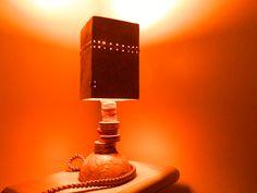 Abajur feito com resto de madeira,papel,filtro de café,cimento e paracord no fio elétrico.
