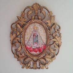Moldura provençal dourada para porta de Na. Sra. de Nazaré. Tamanho: 26×20cm Informações pelo whats - atelietulip