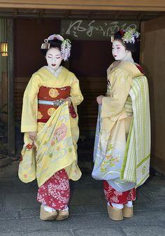 oiran-geisha:  The maiko Toshimomo and the maiko Fukutomo! Both are from Miyagawacho. (Source)