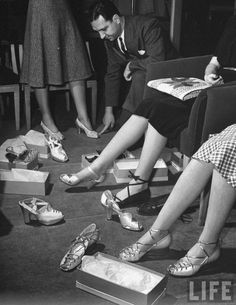 Vintage Photos of Women Shopping for Shoe, and the Humble Salesmen That Served Them Vintage Outfits, Vintage Shoes, Vintage Clothing, Fashion Moda, 1940s Fashion, Vintage Fashion, Timeless Fashion, Shoes Ads, Mode Shoes