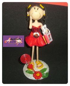 boneca em biscuit. Pode ser usada para topo de bolo ou lembrancinha. R$ 18,75