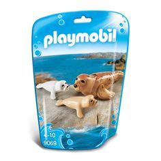 Leer deze Playmobil zeehond en zijn pups de mooiste trucjes! Met de beweegbare kop en vinnen is er van alles mogelijk! Train de dieren in het 9063 Bassin voor zeedieren of vul je badkuip met water en laat de zeehond en zijn pups lekker zwemmen! Afmeting: verpakking 18 x 12 x 6 cm - Playmobil 9069 Zeehond met Pups