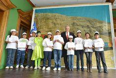 Un grupo de representantes de los 50 con el Presidente.