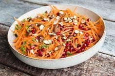 Denne gulerodssalat er virkelig simpel, men samtidig fuld af smag. Den er også fuld af farver, forårsagtig og så passer den som tilbehør til det meste.