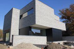 Knappe vormtaal, leuke combinatie van baksteen en gevelpanelen (Trespa-plaatwerk), plafond overhang (zonder ondersteuning) bepleisterd. Door Dirk Nijsten.
