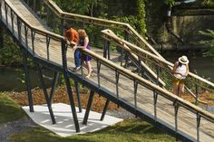 Students from VA Tech's design/buildLAB completed the Smith Creek Pedestrian Bridge in Clifton Forge, VA to connect a new public park to the downtown area. Landscape Elements, Urban Landscape, Landscape Design, Contemporary Landscape, Architecture Student, Landscape Architecture, Parque Linear, Bridge Support, Sky Walk