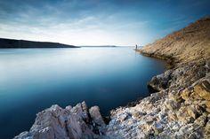 Razanac - Croatie - La cote Dalmate Voici une autre vue que l'on peut avoir sur l'île de Pag. Cette photo à été prise juste en dessous du fort désormais en ruine. Quelques plongeurs viennent pêcher des oursins dans les rochers. Des petites barques passent de temps en temps tandis que les goélands les suivent en attendant le poisson.