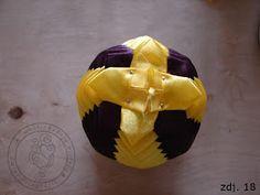 Chciałabym Wam pokazać jak wykonać bombki karczochowe (wstążkowe). Zaczniemy od wykonania klasycznej bombki wstążkowej.   Potrzebujemy:   ku...