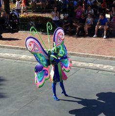 Divertidas mariposas acompañando a Tinker Bell #disneyland #disneyparks #ladodisney #disneyside #disneyfashion