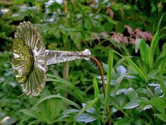Glass Garden Decor Art - Page 22 of 41 Glass Garden Flowers, Glass Plate Flowers, Glass Garden Art, Flower Plates, Glass Art, Garden Whimsy, Diy Garden, Garden Crafts, Summer Garden