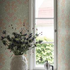 Bellis tapet från Midbec® (MB174-02) - Fraktfritt online Master Bedroom, Windows, Curtains, Wallpaper, Inspiration, Design, Home Decor, Master Suite, Biblical Inspiration