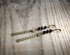 Boucles d'oreilles perles noires, étoiles et chaînes bronze : Boucles d'oreille par joaty