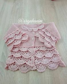 This Pin was discovered by Sem Crochet Baby Sweaters, Crochet Baby Cardigan, Baby Girl Sweaters, Crochet Baby Clothes, Baby Knitting Patterns, Baby Coat, Crochet Girls, Little Princess, Doll Clothes