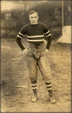 Great basis for a Dieselpunk costume/uniform. Just needs a couple holsters, head wear, fire arms, and bandoleers. VINTAGE ATHLETIC – football player photo, unknown date. Vintage Pictures, Vintage Images, Vintage Men, Vintage Style, Mode Masculine, Football Players Photos, Football Posters, Sport Mode, Vintage Sportswear