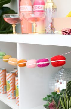 DIY Felted Macaron Garland – Holiday Craft Ideas – Grandcrafter – DIY Christmas Ideas ♥ Homes Decoration Ideas Macarons, Holiday Crafts, Christmas Diy, Apple Garland, Tissue Paper Garlands, Holiday Pops, Floral Garland, Craft Stick Crafts, Craft Ideas