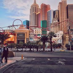 A montanha russa mais incrivel dos ultimos tempos, nunca senti tanto gelinho na barriga, ela sai de dentro do hotel New York e da um vista incrível de Las Vegas, alguem ai ja foi e amou também?? #YOLOVEGAS