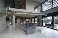 Una casa unifamiliar cómoda y espaciosa - Decorabien.com #salón #sofaL #mesa de centro bplaco #gris #morado
