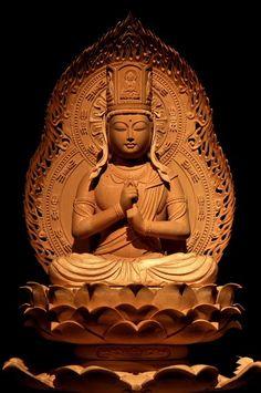 ひつじ年守り本尊 大日如来像(だいにちにょらいぞう) 【大日如来】 大日とは「偉大な輝くもの」を意味し、元は太陽の光照のことでしたが、のちに宇宙の根本の仏の呼称となりました。真言密教の教主であり、諸仏・諸菩薩の根元をなす理智体で,宇宙の実相を仏格化した根本仏とされます。常に「生きる力」を授け、精一杯生きる私たちを見守り続けていてくださいます。