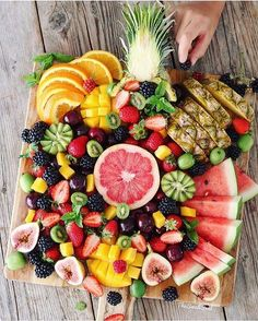 """""""Eat the rainbow🌈 Saturday morning fruit platter to feed those hungry tummies after a morning of…"""" Healthy Chicken Recipes, Healthy Snacks, Snack Recipes, Healthy Eating, Healthy Protein, Party Platters, Food Platters, Fitness Man, Fruit Kabobs"""