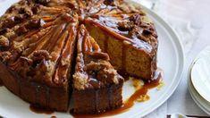 Mrkvový koláč se už zařadil k stálicím mezi moučníky na našich stolech. Tentokrát pro vás máme variantu s pekanovou drobenkou a karamelovým voňavým přelivem. Jelly Recipes, Cake Recipes, Date Pudding, Fried Bananas, Pear Cake, Caramel Recipes, Cake Tins, Food Cakes, Quick Easy Meals