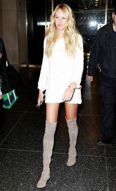 Candice Swanepoel wears a mini dress with thigh-high suede boots - love the grey Lowland boots! Candice Swanepoel Style, Modell Street-style, Quoi Porter, Outfit Invierno, Winter Stil, Weekly Outfits, Boating Outfit, New Moms, Moda Femenina