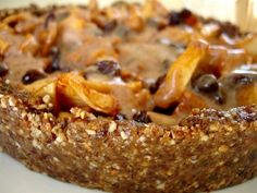 Пирог без выпечки корж из грецкие орехи финики яблоки корица