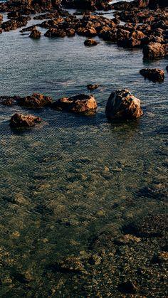 Fundo de tela de pedras do oceano. Veja mais imagens para wallpaper no link!   #background #papeldeparede
