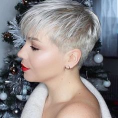 Hairdressing Advice That Will Keep Your Hair Looking Great – Hair Wonders Short Spiky Hairstyles, Cool Hairstyles, Hairstyles 2018, Very Short Hair, Short Hair Cuts, Short Blonde Pixie, Shaved Hair Designs, Hair Color And Cut, Pinterest Hair