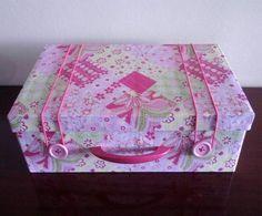 Como fazer artesanato com caixa de sapato. Quando adquirimos ou recebemos um novo par de calçado, geralmente desvalorizamos a caixa porque o mais importante é o conteúdo. No entanto a caixa de sapato pode se tornar muito útil para armazenament...