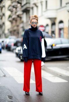 Модель в красных брюках и черной спортивной водолазке