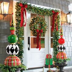 Everyone wants to have a beautiful decoration at Christmas. And outdoor Christmas decorations are not difficult to make. Outdoor Christmas decorations are easy to do with the many ingredients that … Porch Ornaments, Front Door Christmas Decorations, Christmas Entryway, Outdoor Decorations, Christmas Budget, Front Porch Ideas For Christmas, Christmas Front Doors, Tree Decorations, Christmas Ideas