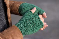 Green Bird – DIY Mode, Deko und Interieur: Stulpen im Ajourmuster stricken – Knitting Socks İdeas. Knitting Blogs, Knitting For Beginners, Knitting Socks, Knitting Projects, Baby Knitting, Knitting Patterns, Crochet Patterns, Knitted Heart, Knitted Bags