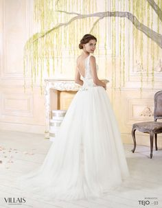 TEJO: Vestido de línea romántica con el cuerpo en tul bordado y encaje con cristales. Falda de tul con aplicaciones a juego con el cuerpo http://www.villais.com/es/vestidos-de-novia-2016/romantic/tejo/ ++ CustomMade ++