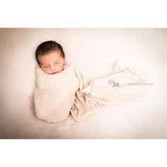 #cozy #baby #artoftheday #tresjolie #family #babyboy #babylovers #newborn #newborns #newbornbaby #newbornbrasil #newbornrecife #maedemenino #paidemenino #mae #mother #menino #portrait #portraitphotography #fineart #fine #art