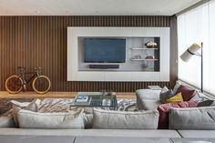 salon mur habillage idée rangement canapé gris clair coussins meuble tv design luminaire idée design