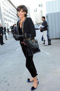 Negro Chanel y azul en las bailarinas. Solo chanel puede combinar azul y negro y que le quede bien. El cinturon rompe en el conjunto. A Ines de la Fressange todo le queda bien.