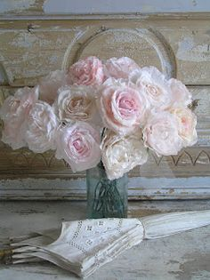 Pastels and Whites  Paper Roses,   very, very nice Made bij blogster Rozen van papier