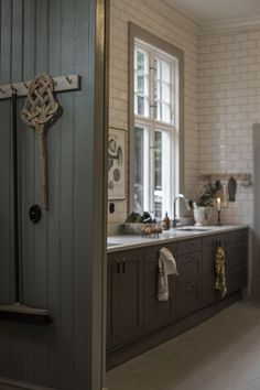 Classic Home Decor .Classic Home Decor Quirky Home Decor, Classic Home Decor, Cute Home Decor, Cheap Home Decor, Grey Interior Design, Interior Design Living Room, Interior Ideas, Kitchen Dining, Kitchen Decor