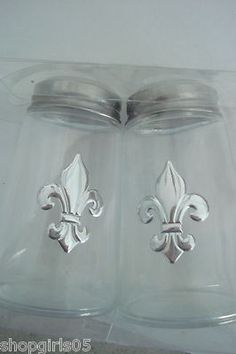 NEW! BEAUTIFUL FLEUR DE LIS SALT AND PEPPER SHAKERS WOULD LOOK GREAT IN YOUR KITCHEN. COLORS ARE CLEAR WITH SILVER TOP AND FLEUR DE LIS. NICE!!