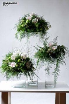 Tris di decorazioni floreali nei colori del bianco e del rosa: scopri qui tante idee per l'allestimento floreale delle tue nozze... >> http://www.lemienozze.it/gallerie/foto-fiori-e-allestimenti-matrimonio/img27604.html